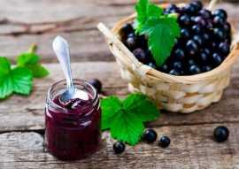 Смородина с сахаром без какой-либо варки для сохранения максимальной пользы ягод